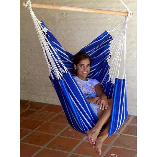 Hængestol i stærkt stof med klare blå nuancer