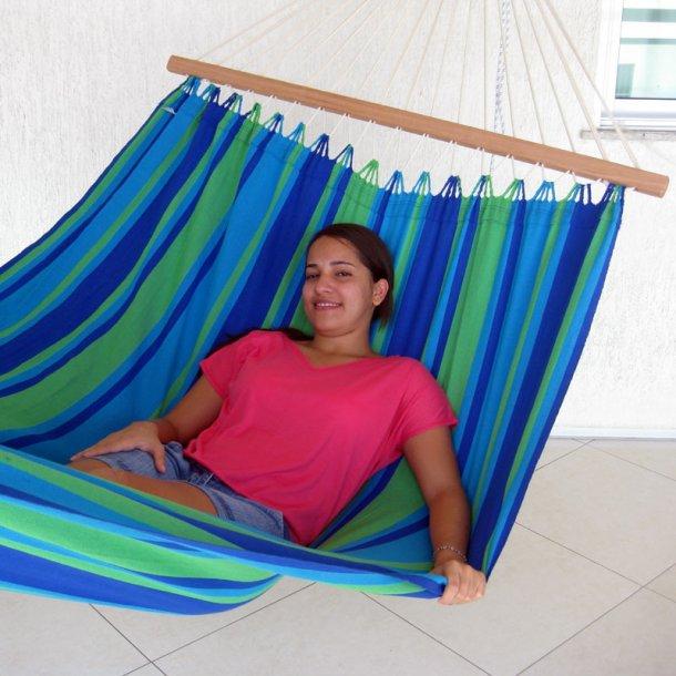 Azur blå stribet hængekøje med stærke træstokke